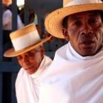 Madagascar : Fianarantsoa Soatanana, croyant en tenue traditionnelle